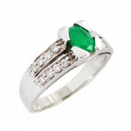 White gold ring with oval emerald 0.40 ct and diamonds